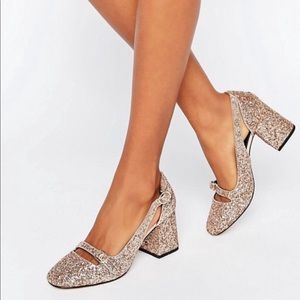 Glittery golden pumps